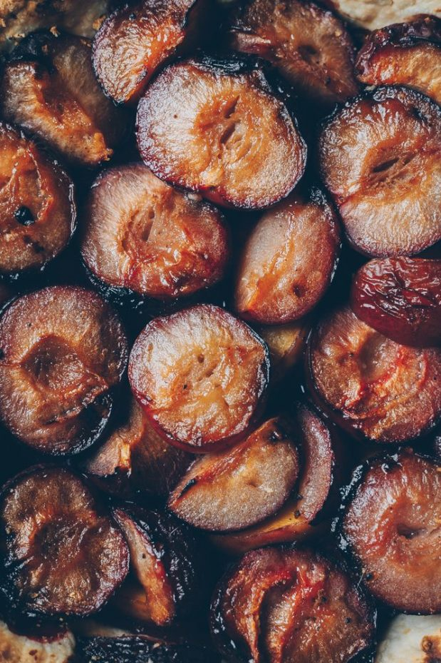 Plum-Pie-with-Honey-and-Black-Pepper-An-almost-Vegan-Recipe-by-Kati-of-black.white_.vivid_._10-e1507817940869