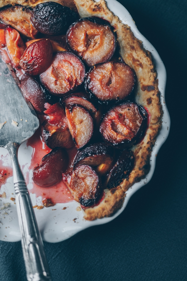 Plum-Pie-with-Honey-and-Black-Pepper-An-almost-Vegan-Recipe-by-Kati-of-black.white_.vivid_._3